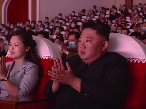 사진은 김정은 북한 국무위원장이 부인 리설주 여사와 함께 5일 군인가족 예술소조 공연을 관람하는 모습.