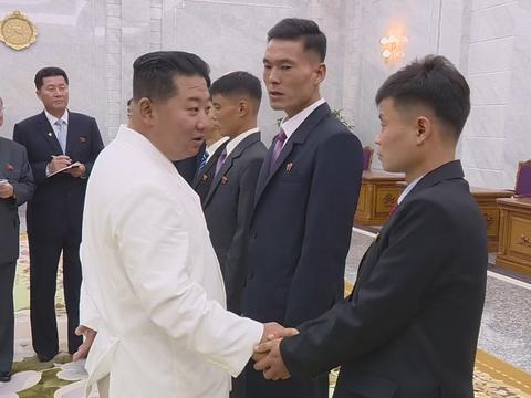 북한 김정은 국무위원장이 어렵고 힘든 험지로 자원한 청년들을 만나 격려하고 기념사진을 촬영했다고 조선중앙TV가 지난달 31일 보도했다.