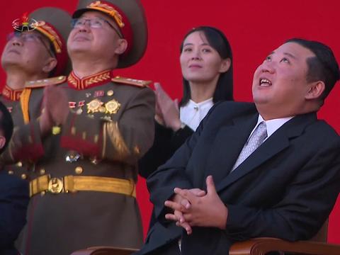 북한이 지난 11일 평양 3대혁명 전시관에서 국방발전전람회를 개최했다고 조선중앙TV가 12일 보도했다. 전람회에 참관한 김정은 당 총비서 뒤로 김여정 노동당 부부장이 박수를 치고 있다.