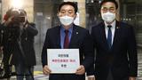 국회 외교통일위 김석기 국민의힘 간사(왼쪽)와 최형두 의원이 지난달 24일 오후 북한인권재단 이사 추천서를 제출하기 위해 국회 의안과로 향하고 있다.