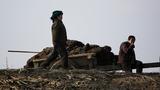 북한 신의주시 압록강변에서 주민들이 흙을 실은 수레를 세우고 쉬고 있다.