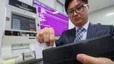 경찰청 사이버안전국은 지난해 9월 전자금융거래정보를 북한 해커로부터 전달받아 유통하고 이를 이용해 복제한 카드로 1억264만원을 사용한 피의자 4명을 검거했다. 사진은 경찰청 사이버안전국 관계자가 서울 송파구 강남기동대에서 카드 복제 시연하는 모습.