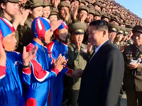 북한 김정은 국무위원장이 북한 정권수립 73주년인 지난 9일 자정에 열렸던 열병식 참가자들과 기념사진을 촬영하기 위해 만나는 모습.