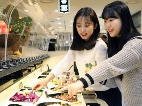 서울 중구 롯데백화점 본점 마스터키친 샐러드바에서 방문객들이 샐러드를 고르고 있다.