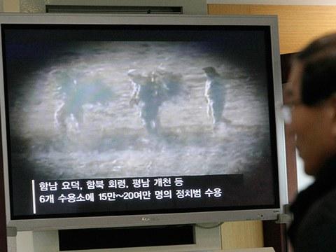 통일전망대에서 한 관광객이 북한의 정치범수용소에 관한 TV 프로그램을 보고 있다.