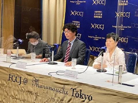 재일 한인 북송사업 피해자 가와사키 에이코 씨와 후쿠다 겐지 변호사(가운데)가 10월 14일 재판에 앞서 지난 9월 초 기자회견을 하고 있다.  오른쪽이 가와사키 씨.