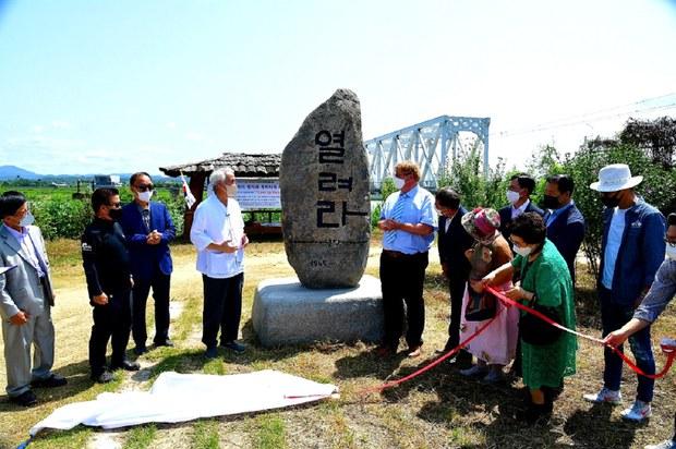 2021년 8월 15일 한국평화협력연구원과 독일 한스-자이델재단이 공동 주최한 통일염원비 '열려라 우리나라' 제막식이 열리고 있다.