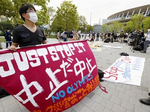 도쿄올림픽 개최 중지를 요구하는 시위대 모습.